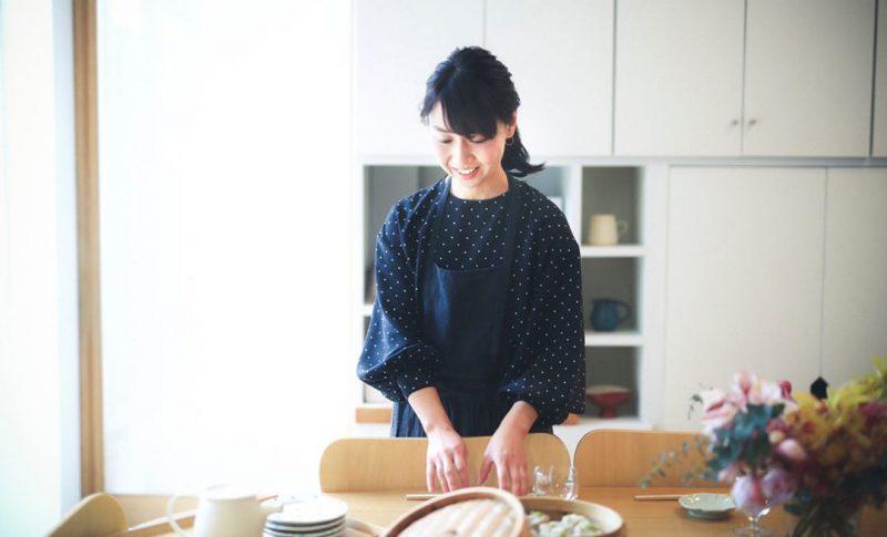村上 友美さんプロフィール写真 暮らしを楽しむ人とタオル 03