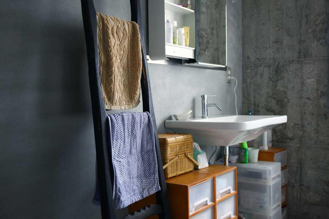 暮らしを楽しむ人とタオル 02 杉浦綾さん 洗面所 タオル