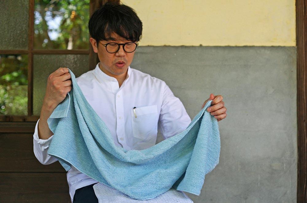 暮らしを楽しむ人とタオル 04 kazeスリムバスタオルを手にする玉井さん