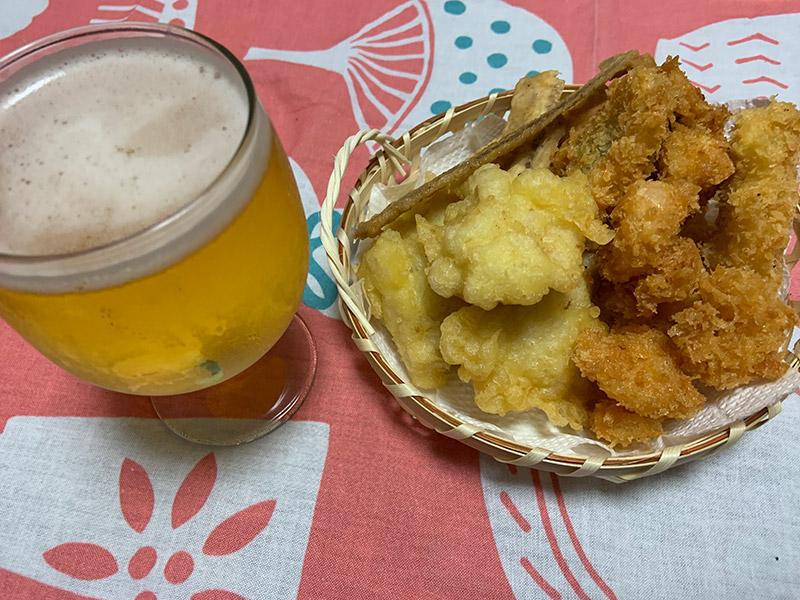 伊織のてぬぐいをランチョンマットにハモの天ぷらとビール
