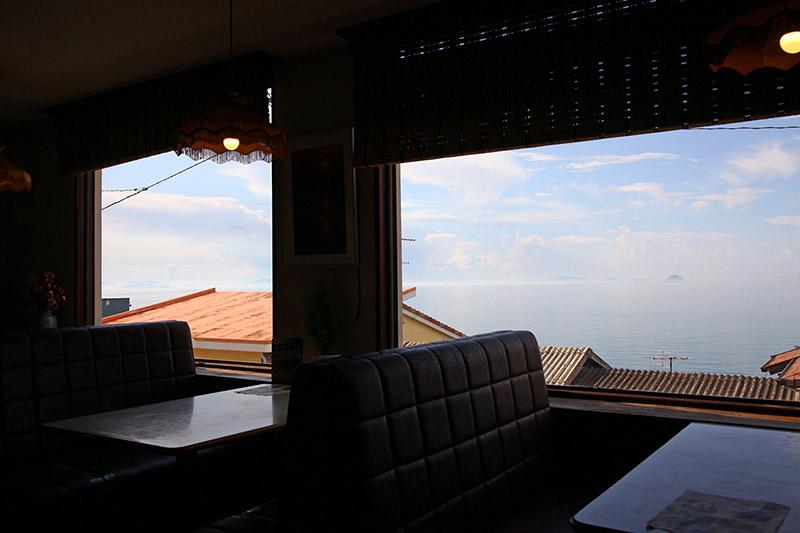 喫茶ポパイ 窓辺のソファ席