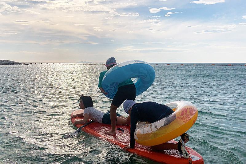 海で遊ぶ子どもたち(撮影:上田さん)